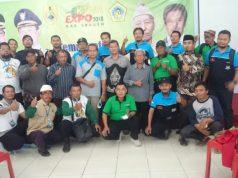 Direktur PT WMP, Tri Agus Bayuseno (berpeci) saat berpose dengan perwakilan kelompok peternak Sragen. Foto/Wardoyo