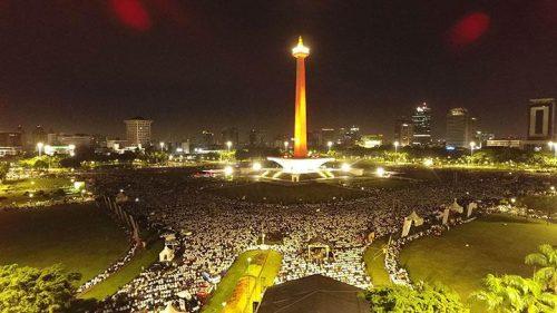 Ribuan Alumni massa aksi 212 akan menggelar Shalat Subuh berjamaah sebelum acara reuni 212 di Silang Monas Jakarta 2 Desember 2017. tempo
