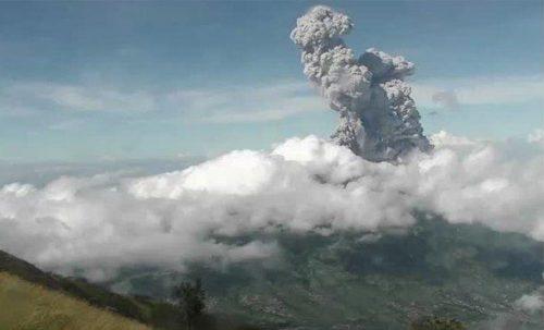 Salam, Muntilan dan Mungkid Diguyur Hujan Abu dari Awan Panas Guguran Gunung Merapi