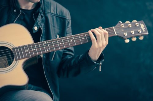 Lirik Lagu dan Chord Kunci Gitar Lagu Cinta Tak Harus Memiliki – ST12