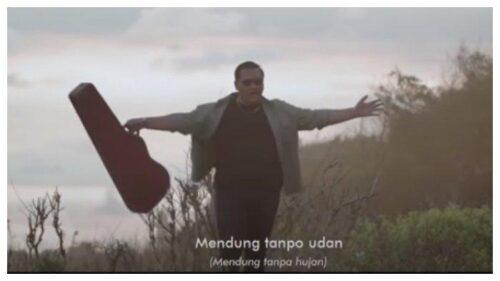 Lirik dan Chord Gita Lagu Mendung Tanpo Udan – Ndarboy Genk: Aku Moco Koran Sarungan, Kowe Belonjo Dasteran..