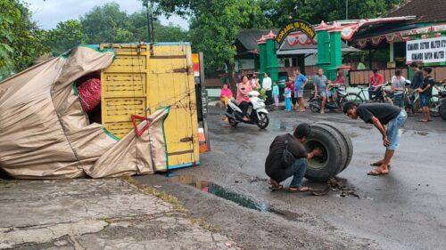 Hindari Jalan Rusak, Truk Rasul Malah Terguling dan Terkapar di Jalan Tanon Sragen. Begini Kronologinya!